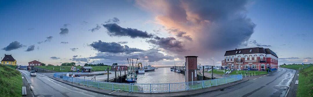 Wolkenpanorama für Frühaufsteher am Hafen von Pellworm