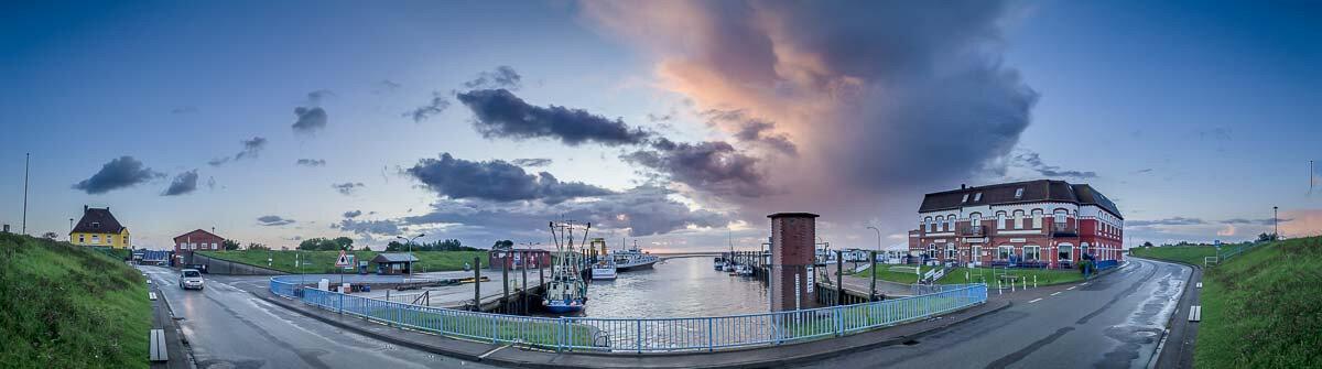 Sonnenaufgangspanorama im Hafen von Tammensiel
