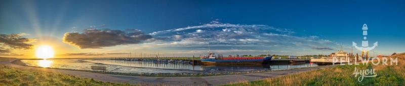 Eine Panoramaaufnahme von der Hafeneinfahrt auf Pellworm im Sonnenaufgang