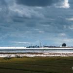 Tiefwasseranleger von Pellworm unter dramatisch dunkelblauen Wolken