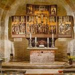 Die Apsis der Alten Kirche auf Pellworm mit Altar und Taufbecken.