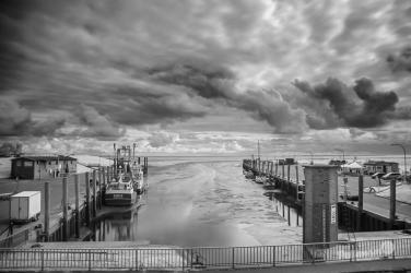 Verborgene Wolkenspiele über dem Hafen von Tammensiel