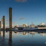 Spiegelbilder im Hafen