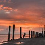 Yachthafen unter glutrotem Himmel