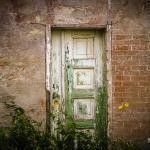 Alte Tür mit abgeplatzter Farbe auf Pellworm.