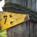 Schild Nr. 7 in Quietschgelb auf Pellworm