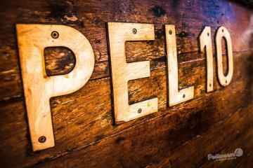 Angeschraubte Buchstaben am Bootskörper auf Pellworm.