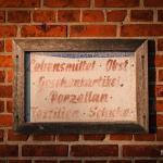 Altes Schild an der Hauswand auf Pellworm.