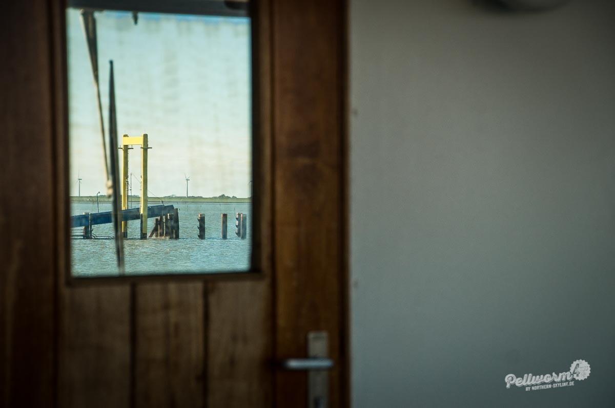Der Pellwormer Tiefwasseranleger hinter einer Tür