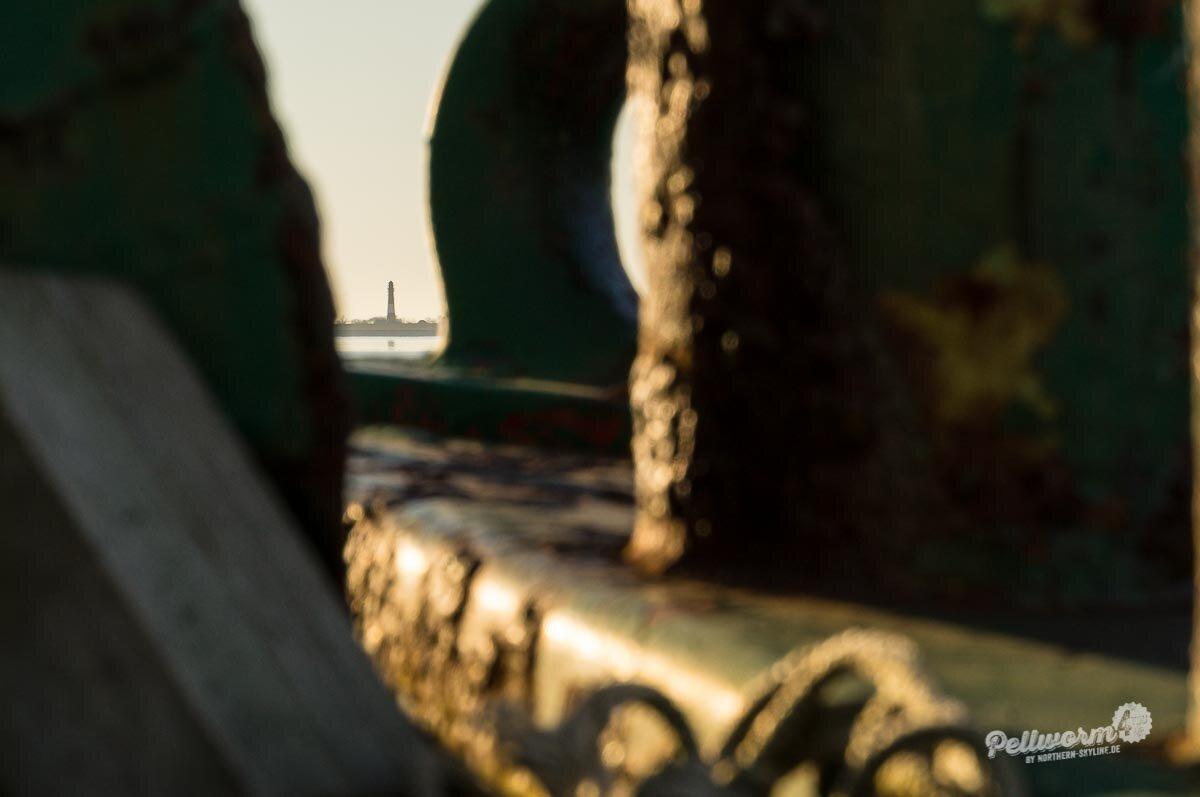 Der Pellwormer Leuchtturm ist am Horizont zu sehen.