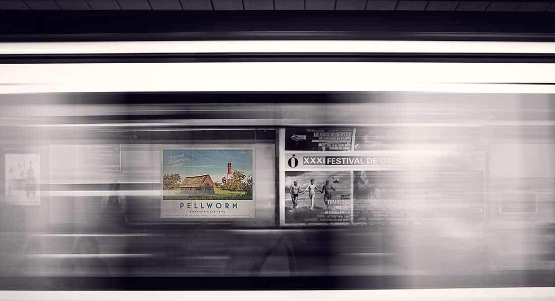 Pellwormer Reiseplakat hängt im Bahnhof