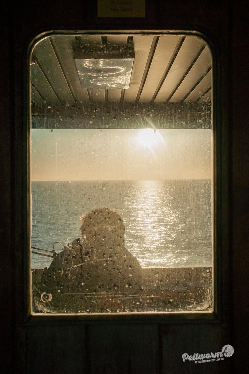Blick durch ein Fenster auf der Fähre Pellworm 1