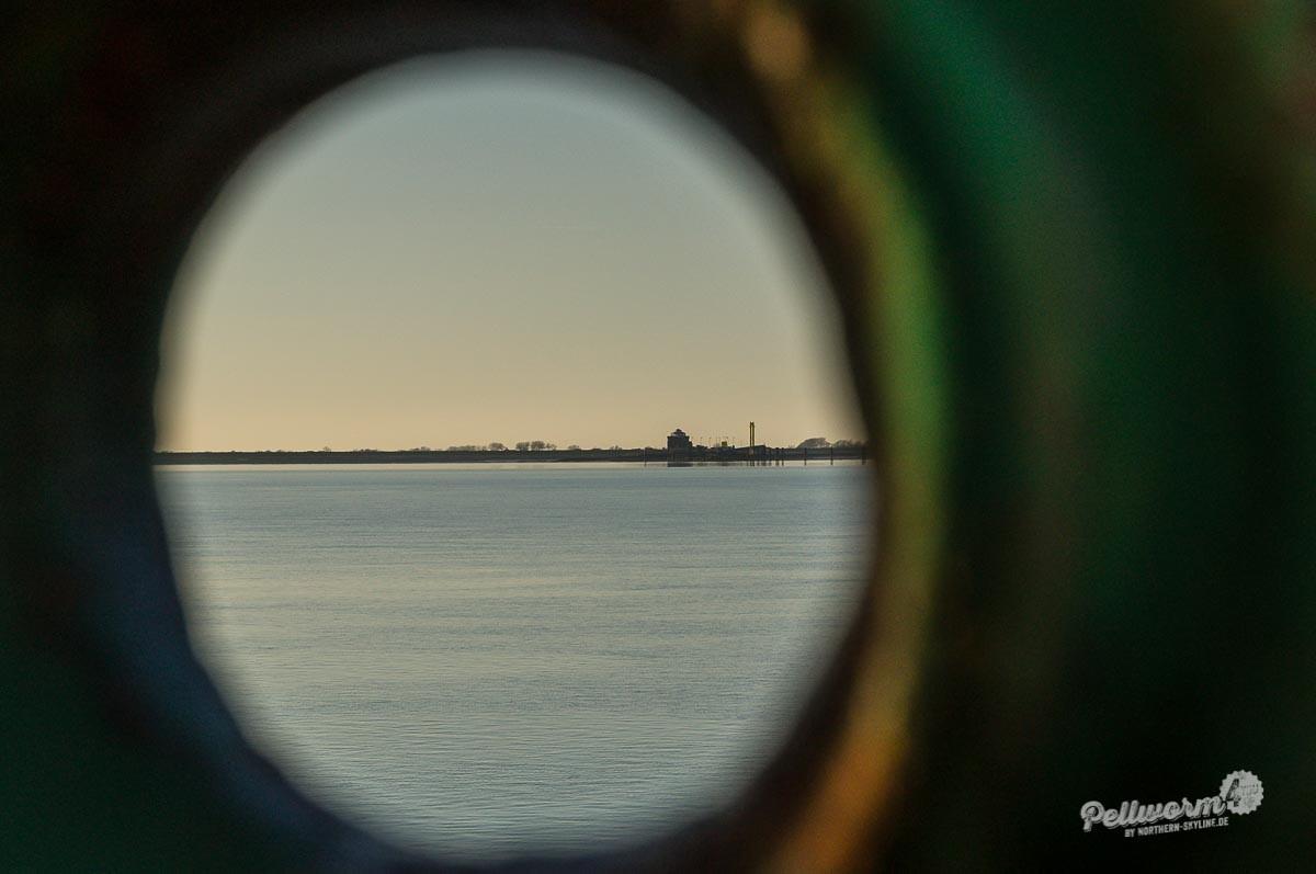 Der Tiefwasseranleger von Pellworm am Horizont.