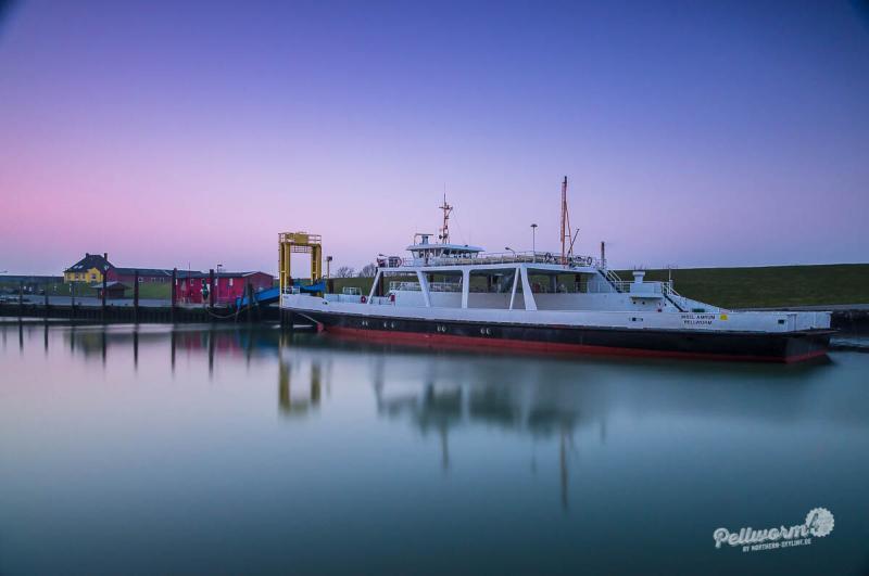 Im Hafen von Pellworm liegt die Fähre Insel Amrum