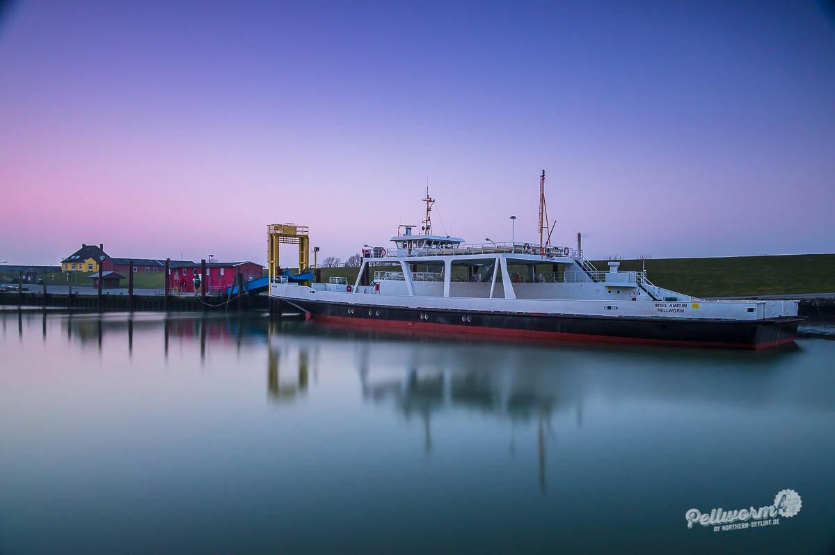 """Stillleben im Hafen mit der Fähre """"Insel Amrum"""""""