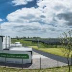 Die Container mit dem Stromspeicher steht mitten im Solarfeld auf Pellworm