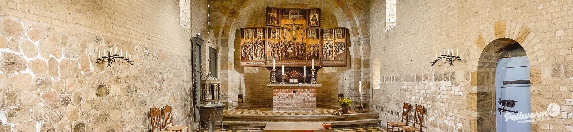 Aufwendig gearbeitet mit zwei Klappmotiven ist der Altar der schönen Alten Kirche auf Pellworm