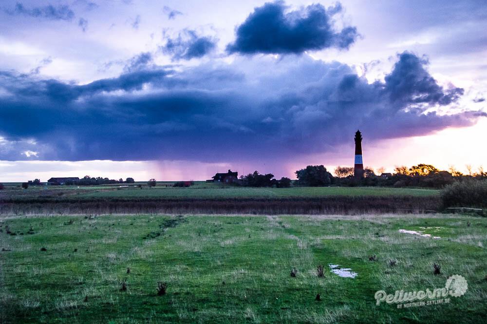 Wolkenkrimi über dem Pellwormer Leuchtturm