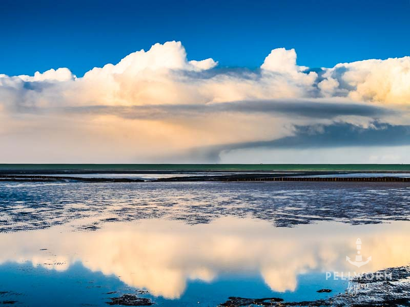 Wolken spiegeln sich im Watt vor Pellworm