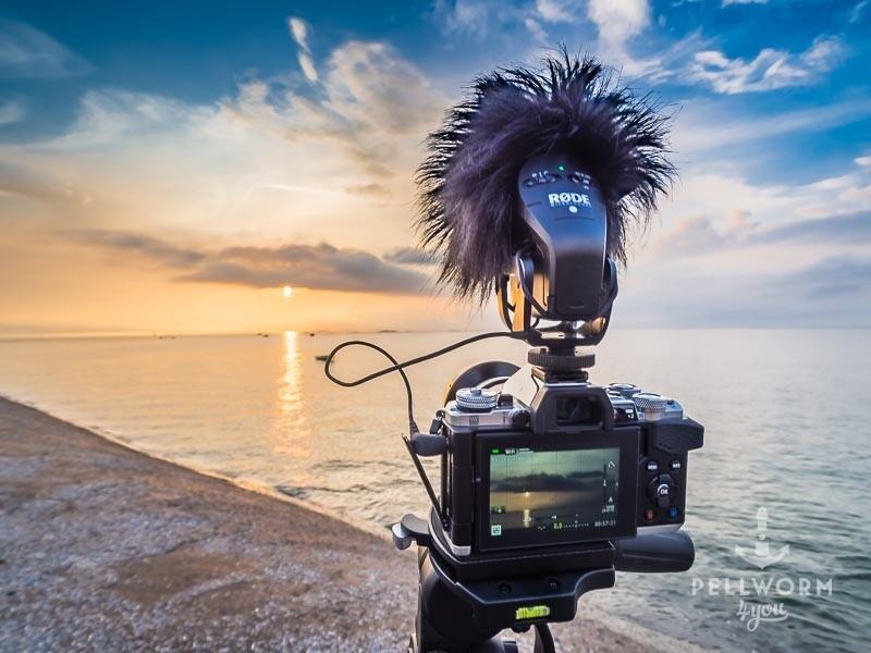 Die Kamera steht auf dem Stativ um ein Foto vom Sonnenuntergang an der Hooger Fähre auf Pellworm zu machen