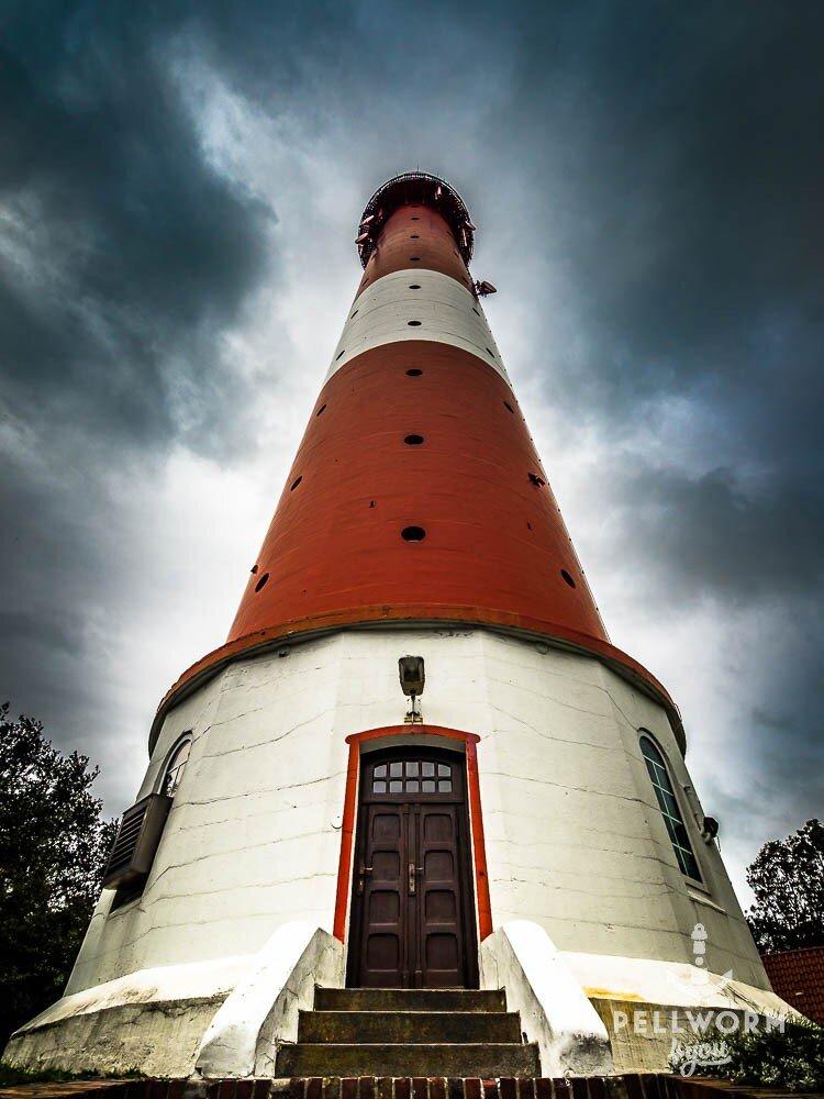 Der Pellwormer Leuchtturm als Fels in der Brandung