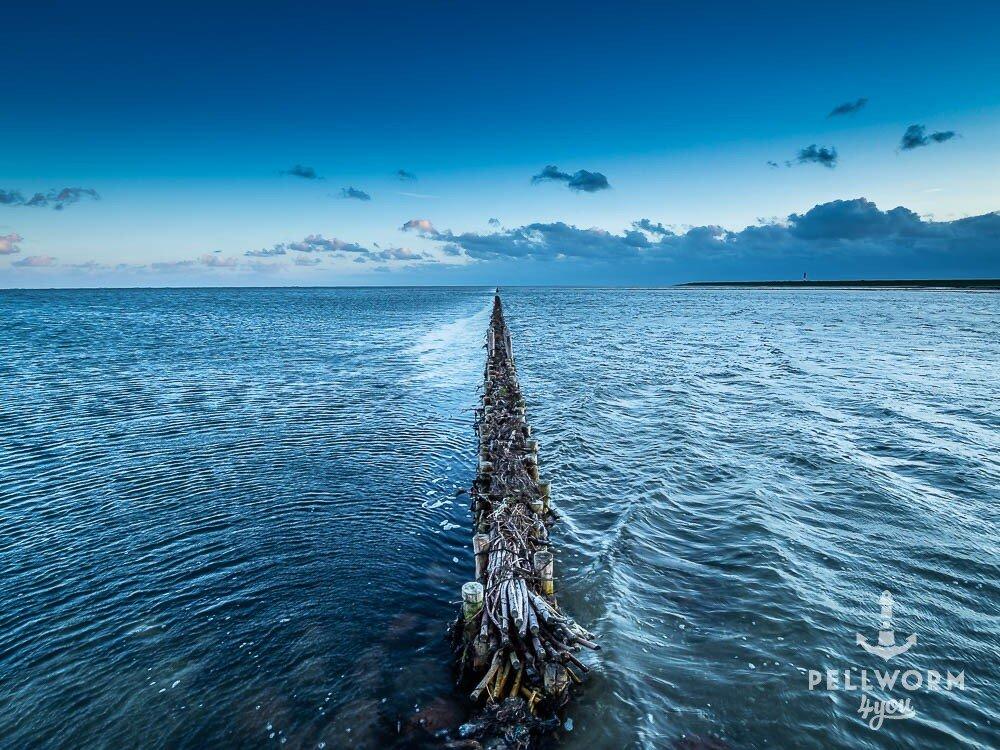 Am Tiefwasseranleger auf Pellworm zieht sich eine Lahnung schnurgerade bis zum Horizont.