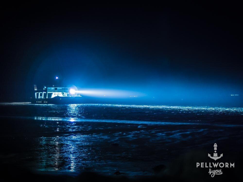 Die Pellwormer Fähre auf ihrem Weg durch die schwarze Nacht