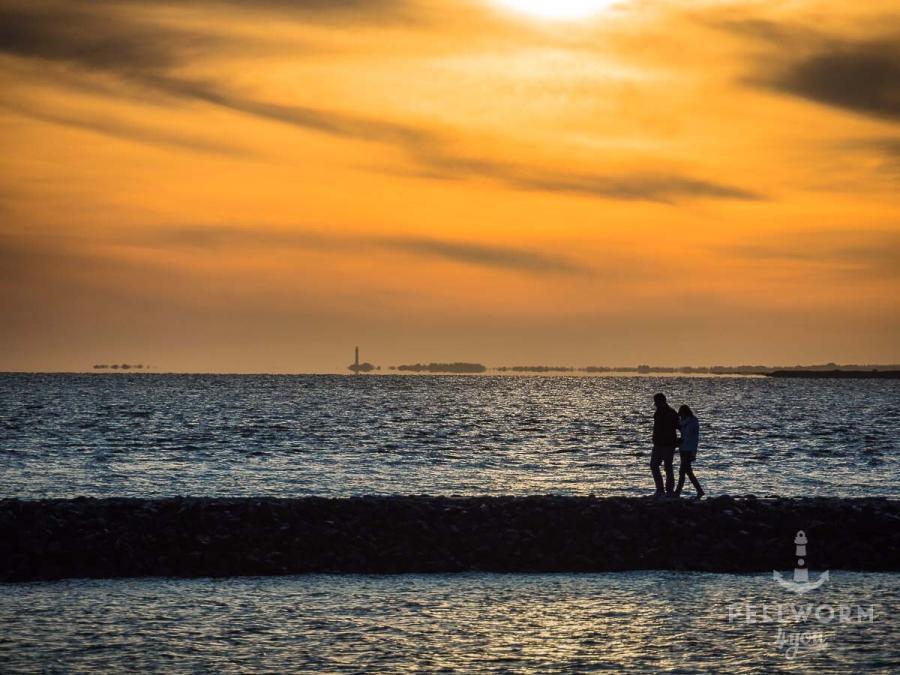 Spaziergang im Sonnenuntergang an der Hooger Fähre