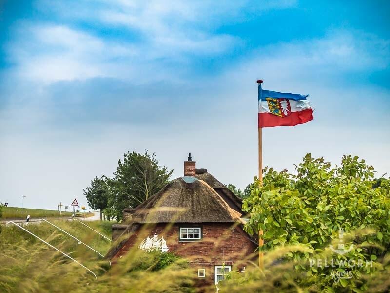 Die Flagge von Schleswig-Holstein weht auf Pellworm
