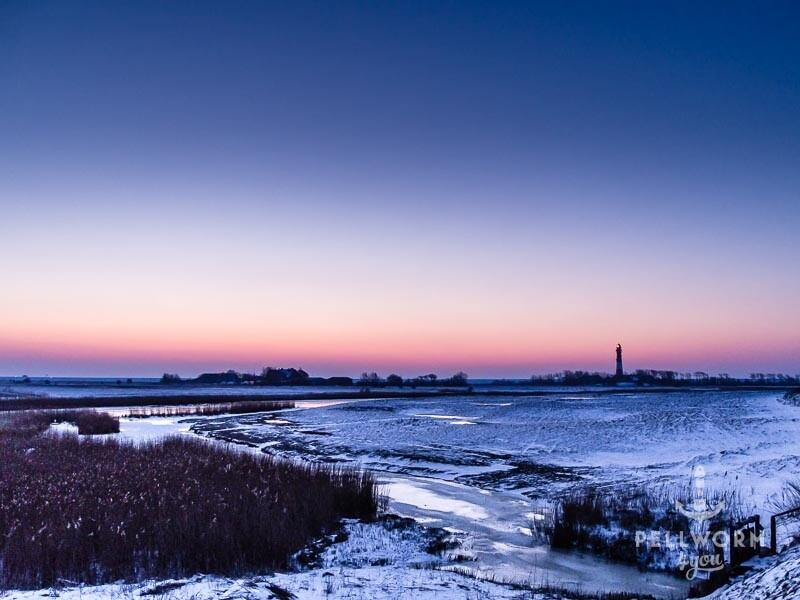 Der Leuchtturm schmückt die Pellwormer Winterlandschaft