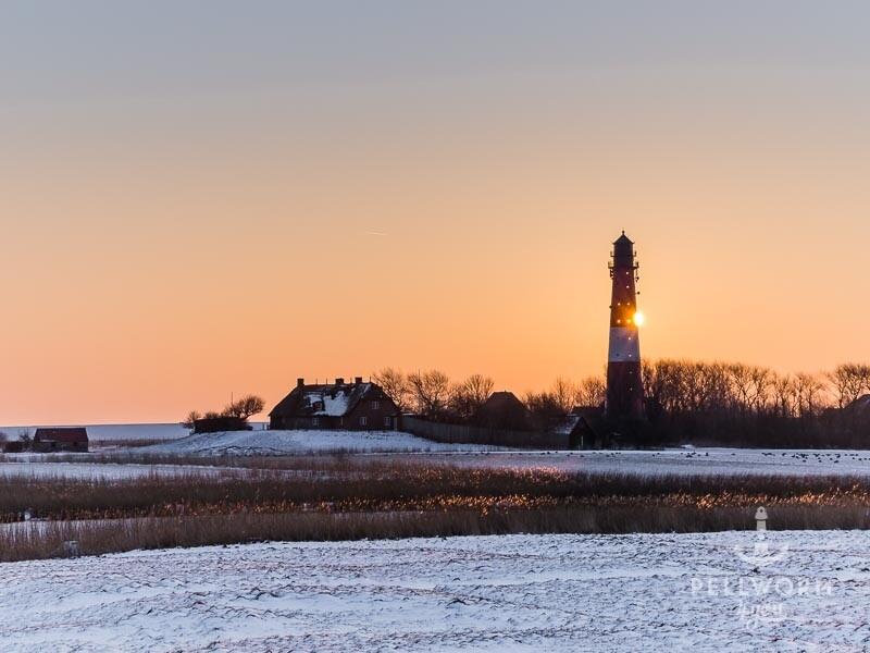 Der Pellwormer Leuchtturm im winterlichen Sonnenaufgang