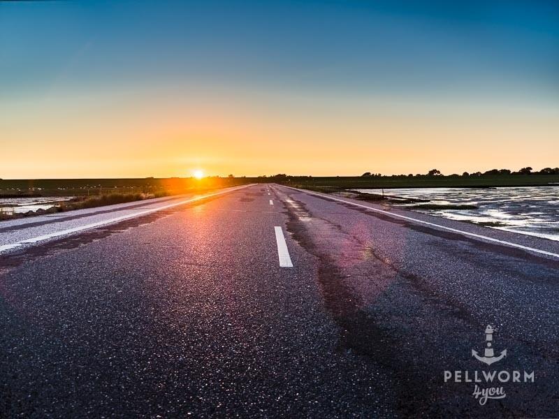 Der Straßenasphalt am Tiefwasseranleger im Sonnenuntergang