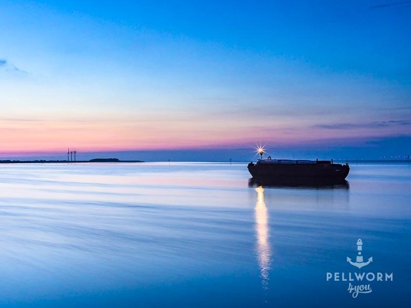 Eine einsame Schute wartet am Pellwormer Tiefwasseranleger