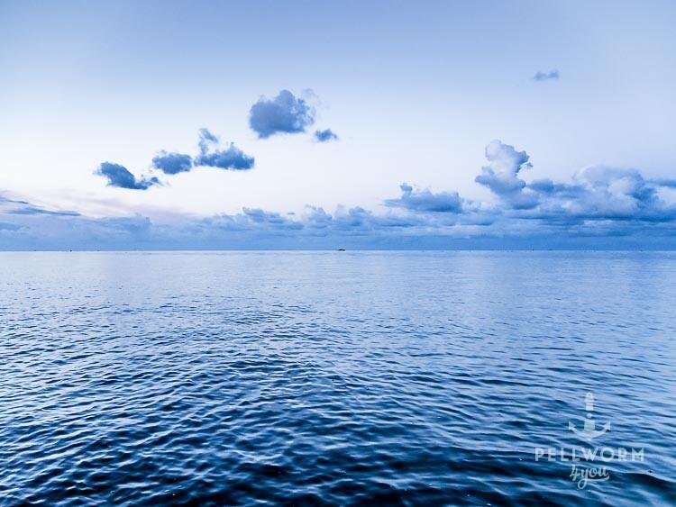 Die stille Nordsee ganz in blau an der Badestelle Alte Kirche