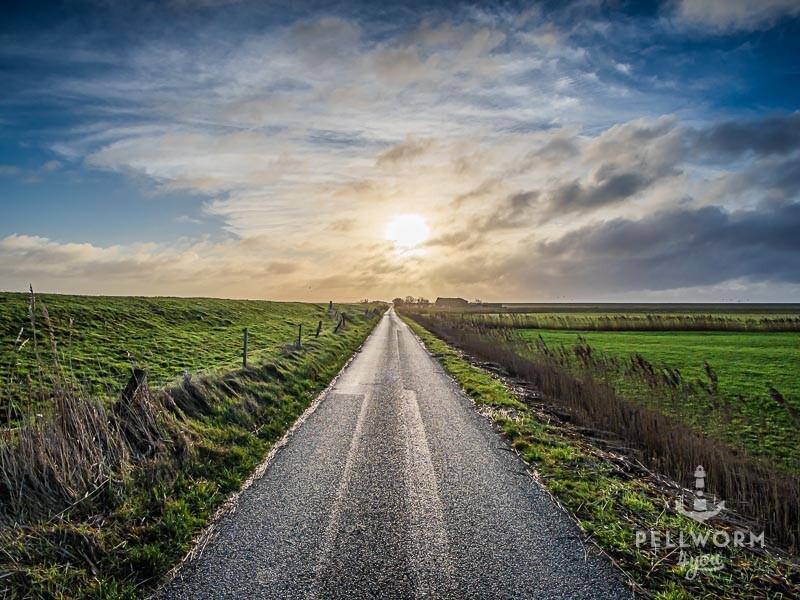Scheinbar endlose Straße führt über die Insel