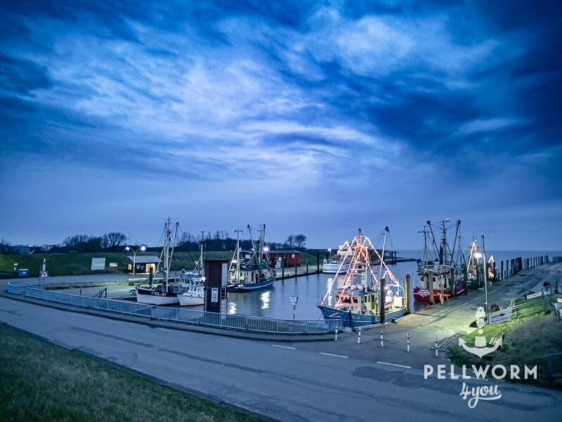 Schöne Weihnachtsstimmung unter dunklen Wolken m Hafen von Tammensiel