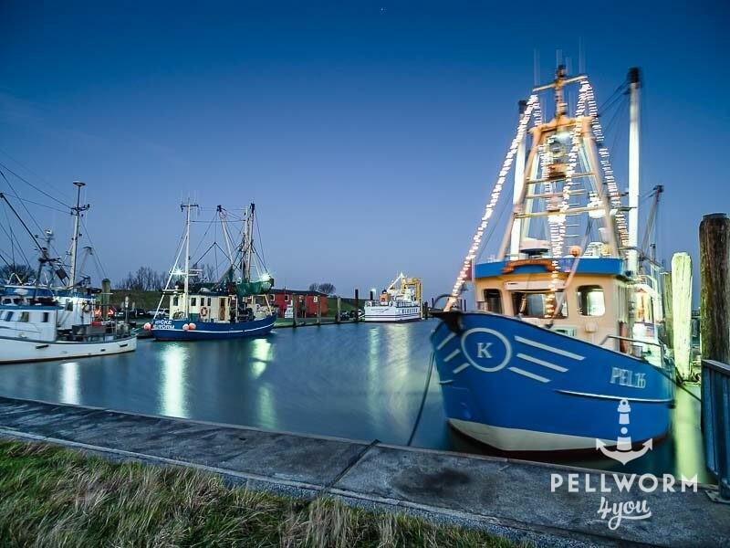 Weihnachtlich beleuchtete Schiffe im Hafen von Pellworm